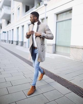 Comment porter: pardessus gris, pull à col roulé blanc, jean skinny bleu clair, bottines chelsea en daim tabac