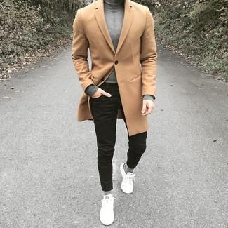 Comment porter: pardessus marron clair, pull à col roulé gris, jean skinny noir, baskets basses en cuir blanches
