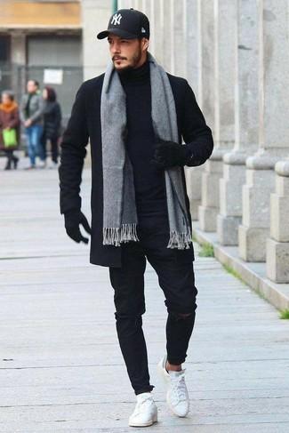 Comment porter: pardessus noir, pull à col roulé noir, jean skinny déchiré noir, baskets basses en cuir blanches