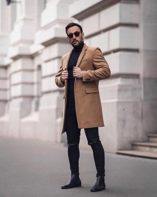 Comment porter: pardessus marron clair, pull à col roulé noir, jean skinny déchiré noir, bottines chelsea en cuir noires