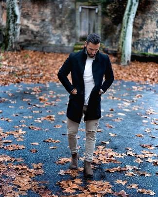 Comment porter: pardessus noir, pull à col roulé blanc, jean skinny déchiré gris, bottines chelsea en daim gris foncé