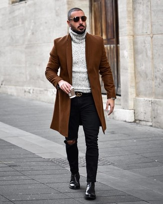 Comment porter: pardessus marron, pull à col roulé en tricot gris, jean skinny déchiré noir, bottines chelsea en cuir noires