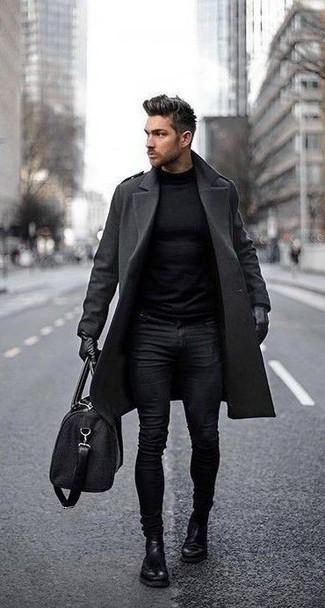 Comment porter un pull à col roulé noir: Pour créer une tenue idéale pour un déjeuner entre amis le week-end, essaie d'harmoniser un pull à col roulé noir avec un jean skinny noir. Apportez une touche d'élégance à votre tenue avec une paire de des bottines chelsea en cuir noires.