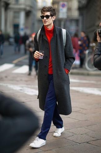Comment porter: pardessus gris foncé, pull à col roulé rouge, pantalon chino bleu marine, baskets basses blanches