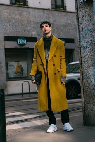 Comment porter: pardessus moutarde, pull à col roulé en laine en tricot gris foncé, pantalon chino noir, chaussures de sport blanches