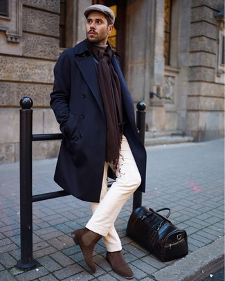 Comment porter: pardessus bleu marine, pull à col roulé marron clair, pantalon chino blanc, bottines chelsea en daim marron