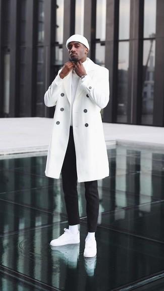 Comment porter: pardessus blanc, pull à col roulé blanc, pantalon chino noir, baskets basses en cuir blanches
