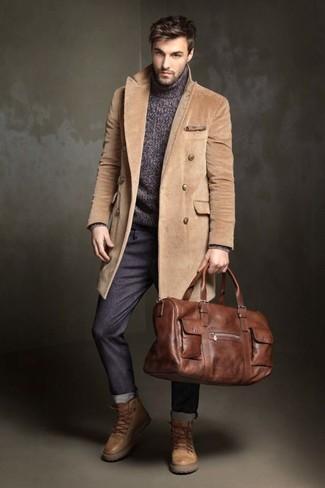Comment porter: pardessus marron clair, pull à col roulé en tricot gris foncé, pantalon chino gris foncé, bottes de travail en cuir marron clair