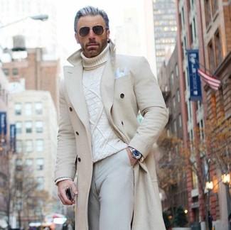 Comment porter: pardessus beige, pull à col roulé en tricot blanc, pantalon chino beige, pochette de costume blanche