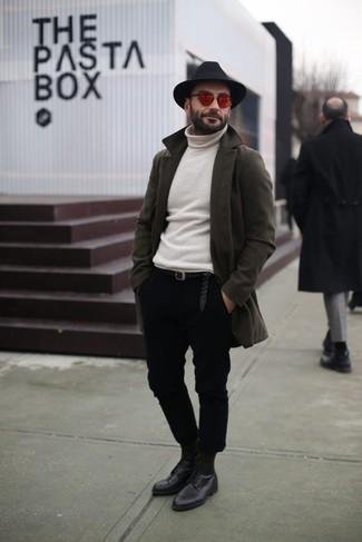 Comment porter: pardessus olive, pull à col roulé blanc, pantalon chino noir, chaussures derby en cuir noires