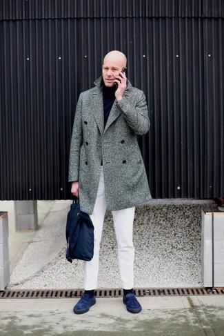 Comment porter: pardessus à chevrons gris, pull à col roulé noir, pantalon chino blanc, slippers en daim bleu marine