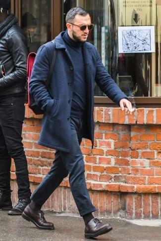 Comment porter: pardessus bleu marine, pull à col roulé bleu marine, pantalon chino noir, chaussures derby en cuir marron foncé