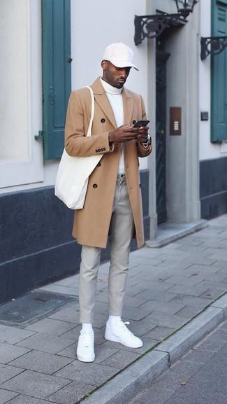 Comment porter: pardessus marron clair, pull à col roulé blanc, pantalon chino gris, baskets basses en cuir blanches