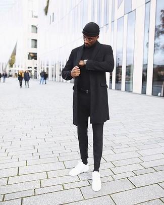Comment porter: pardessus noir, pull à col roulé noir, pantalon chino noir, baskets basses en cuir blanches