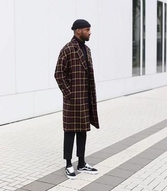 Comment porter: pardessus à carreaux bordeaux, pull à col roulé noir, pantalon chino noir, baskets basses en toile noires