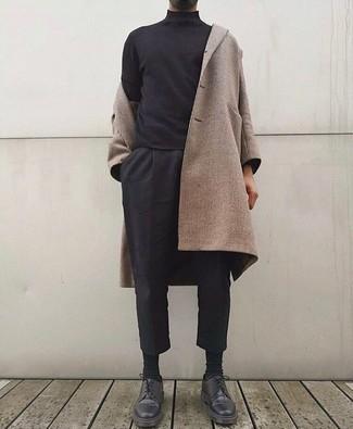 Comment porter: pardessus beige, pull à col roulé noir, pantalon chino noir, chaussures derby en cuir noires