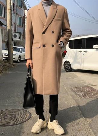 Comment porter: pardessus marron clair, pull à col roulé gris, pantalon chino noir, chaussures de sport beiges