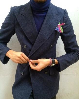 Comment porter: pardessus gris foncé, pull à col roulé bleu marine, pantalon chino noir, pochette de costume imprimée multicolore