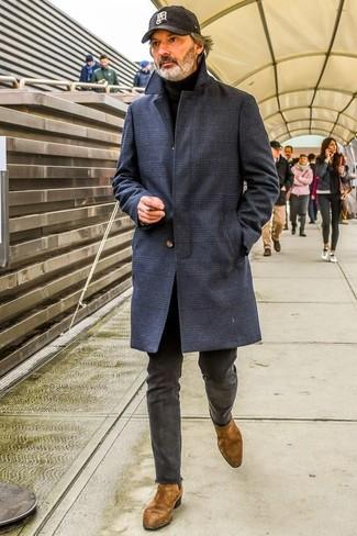Comment porter: pardessus écossais bleu marine, pull à col roulé noir, pantalon chino gris foncé, bottines chelsea en daim marron