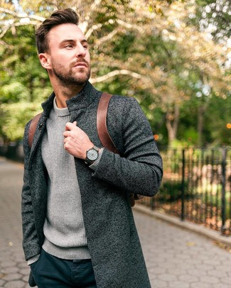 Comment porter: pardessus gris foncé, pull à col roulé en tricot gris, pantalon chino bleu marine, sac à dos en cuir marron