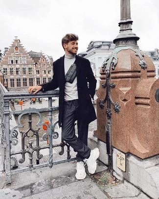 Comment porter: pardessus noir, pull à col roulé gris, pantalon chino à rayures verticales gris foncé, chaussures de sport blanches
