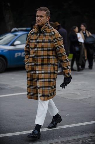 Comment porter: pardessus écossais marron clair, pull à col roulé noir, pantalon chino blanc, slippers en cuir noirs