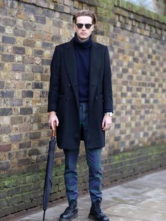 Comment porter: pardessus noir, pull à col roulé en laine bleu marine, pantalon chino écossais bleu marine et vert, bottes de loisirs en cuir noires