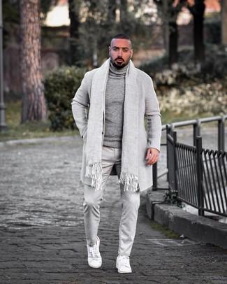 Comment porter: pardessus gris, pull à col roulé en laine gris, pantalon chino gris, baskets basses en cuir blanches
