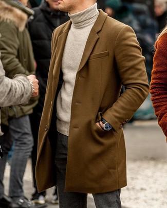 Comment porter: pardessus marron, pull à col roulé beige, pantalon chino en laine gris foncé, montre en cuir noire