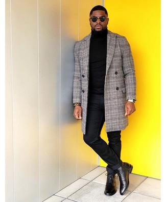 Comment porter une montre dorée: Associe un pardessus écossais gris avec une montre dorée pour une tenue relax mais stylée. Fais d'une paire de des bottes habillées en cuir noires ton choix de souliers pour afficher ton expertise vestimentaire.