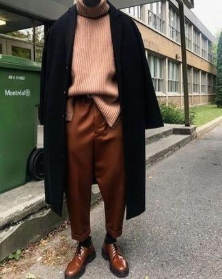 Comment porter un pantalon chino tabac: Pense à opter pour un pardessus noir et un pantalon chino tabac pour prendre un verre après le travail. Jouez la carte classique pour les chaussures et choisis une paire de des chaussures derby en cuir tabac.