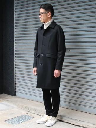 Comment porter un pantalon chino en velours côtelé noir: Porte un pardessus noir et un pantalon chino en velours côtelé noir pour achever un look habillé mais pas trop. Pourquoi ne pas ajouter une paire de des baskets basses en toile blanches à l'ensemble pour une allure plus décontractée?