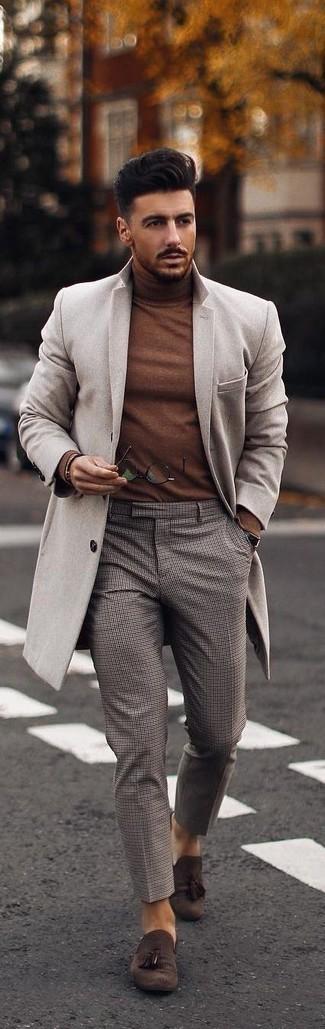 Comment porter un pull à col roulé marron: Marie un pull à col roulé marron avec un pantalon chino à carreaux gris pour un look de tous les jours facile à porter. D'une humeur audacieuse? Complète ta tenue avec une paire de des mocassins à pampilles en daim marron foncé.