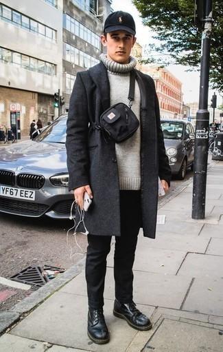 Comment porter un pardessus gris foncé: Harmonise un pardessus gris foncé avec un pantalon chino noir si tu recherches un look stylé et soigné. Une paire de des bottes de loisirs en cuir noires est une option génial pour complèter cette tenue.