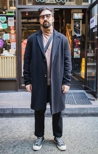 Comment porter un pull à col roulé marron clair: Associe un pull à col roulé marron clair avec un pantalon chino noir pour obtenir un look relax mais stylé. Si tu veux éviter un look trop formel, termine ce look avec une paire de des baskets basses en toile vert foncé.