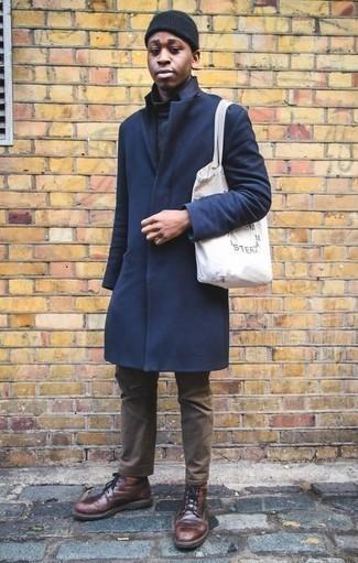 Comment porter un pantalon chino marron: Pense à harmoniser un pardessus bleu marine avec un pantalon chino marron pour créer un look chic et décontracté. Cet ensemble est parfait avec une paire de des bottes de loisirs en cuir bordeaux.