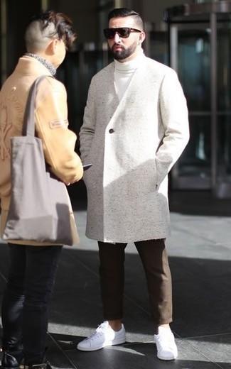 Un pardessus à porter avec un pull à col roulé blanc: Choisis un pardessus et un pull à col roulé blanc pour créer un look chic et décontracté. Tu veux y aller doucement avec les chaussures? Complète cet ensemble avec une paire de des baskets basses en cuir blanches pour la journée.