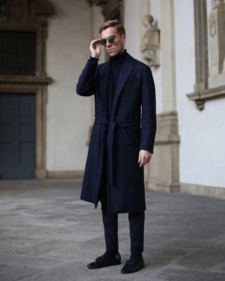 Comment porter des slippers en cuir bleu marine: Harmonise un pardessus bleu marine avec un pantalon chino bleu marine pour créer un look chic et décontracté. Assortis cette tenue avec une paire de des slippers en cuir bleu marine pour afficher ton expertise vestimentaire.