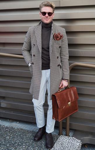 Comment porter une serviette en cuir marron: Choisis un pardessus à carreaux marron et une serviette en cuir marron pour une tenue relax mais stylée. Termine ce look avec une paire de des chaussures brogues en cuir pourpre foncé pour afficher ton expertise vestimentaire.