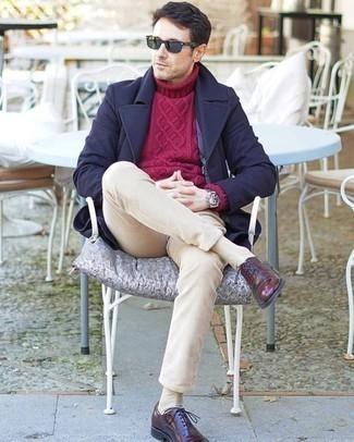Comment porter des chaussettes beiges: Associe un pardessus bleu marine avec des chaussettes beiges pour une tenue idéale le week-end. Rehausse cet ensemble avec une paire de des chaussures richelieu en cuir bordeaux.