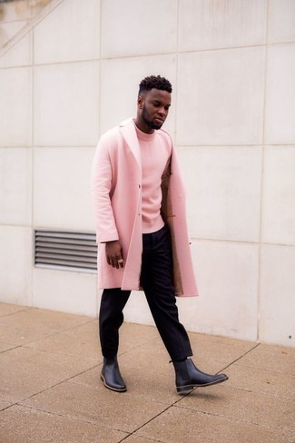 Comment porter des bottines chelsea en cuir noires: Pense à opter pour un pardessus rose et un pantalon chino noir pour créer un look chic et décontracté. Complète cet ensemble avec une paire de des bottines chelsea en cuir noires pour afficher ton expertise vestimentaire.