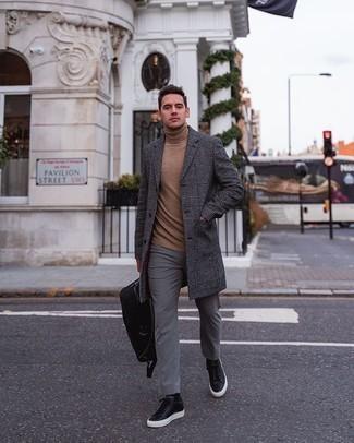 Comment porter un sac à dos en toile noir: Associe un pardessus écossais gris foncé avec un sac à dos en toile noir pour un look confortable et décontracté. Fais d'une paire de des baskets basses en cuir noires ton choix de souliers pour afficher ton expertise vestimentaire.