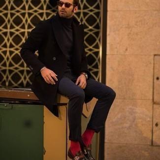 Comment porter des chaussettes rouges: Porte un pardessus noir et des chaussettes rouges pour un look idéal le week-end. Jouez la carte classique pour les chaussures et assortis cette tenue avec une paire de slippers en cuir marron foncé.