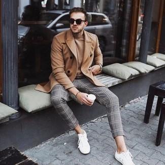 Tendances mode hommes: Pense à harmoniser un pardessus marron clair avec un pull à col roulé marron clair pour aller au bureau.