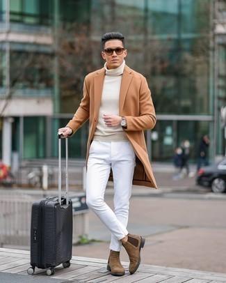 Tendances mode hommes: Associe un pardessus marron clair avec un pantalon chino blanc si tu recherches un look stylé et soigné. Une paire de bottines chelsea en daim marron est une façon simple d'améliorer ton look.