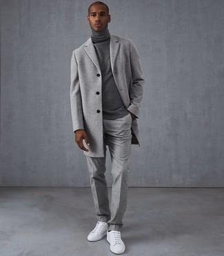Comment s'habiller au printemps: Perfectionne le look chic et décontracté avec un pardessus gris et un pantalon chino gris. Jouez la carte décontractée pour les chaussures et complète cet ensemble avec une paire de baskets basses en toile blanches. Nous aimons vraiment beaucoup cette tenue qui est canon pour pour les journées printanières.