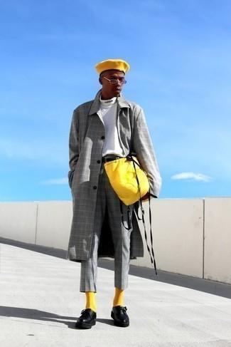 Tendances mode hommes: Essaie d'harmoniser un pardessus écossais gris avec un pantalon chino écossais gris pour aller au bureau. Jouez la carte classique pour les chaussures et assortis cette tenue avec une paire de monks en cuir noirs.