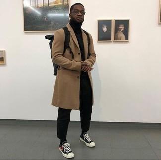 Comment porter un pantalon chino noir: Essaie d'associer un pardessus marron clair avec un pantalon chino noir pour prendre un verre après le travail. Mélange les styles en portant une paire de baskets basses en toile imprimées noires.