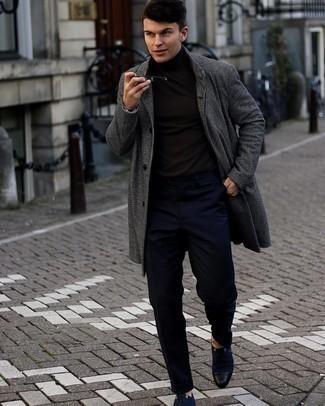 Comment s'habiller quand il fait frais: Pense à harmoniser un pardessus à carreaux gris foncé avec un pantalon chino bleu marine pour un look idéal au travail. Assortis cette tenue avec une paire de chaussures derby en toile bleu marine pour afficher ton expertise vestimentaire.