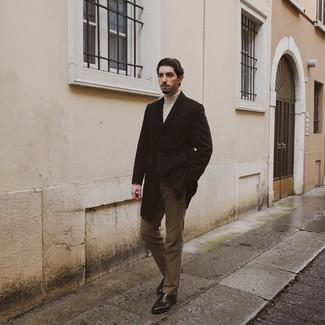 Comment s'habiller quand il fait froid: Essaie d'harmoniser un pardessus noir avec un pantalon chino marron si tu recherches un look stylé et soigné.